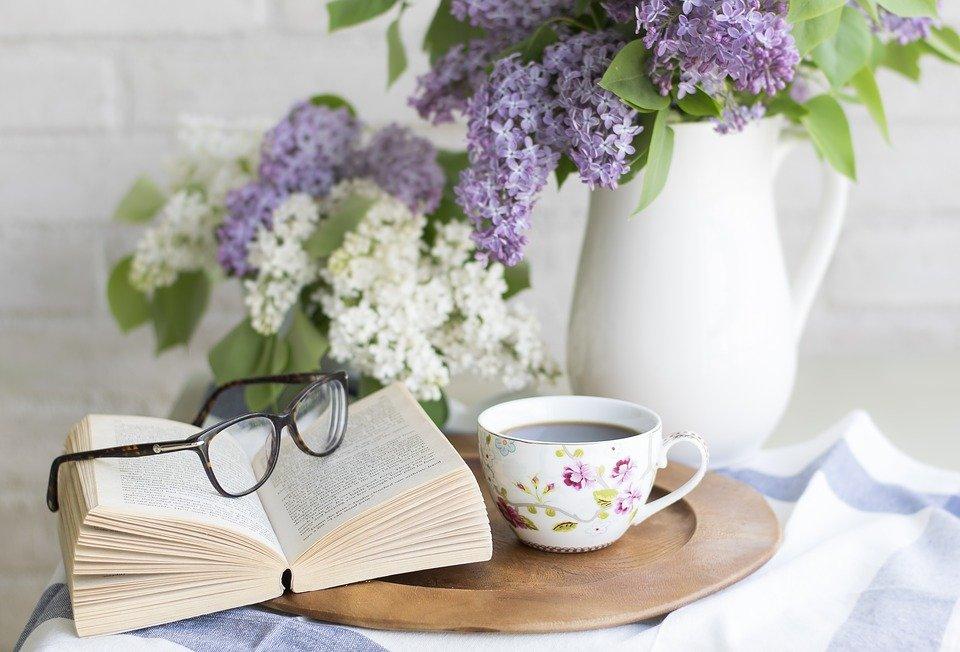 Un libro di grammatica e una tazza di caffè sono una sana pausa quotidiana