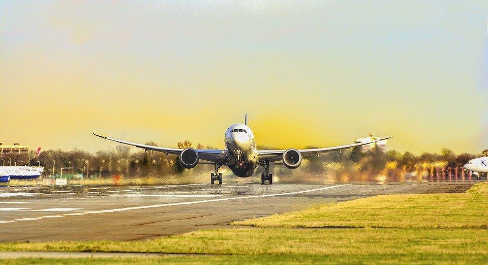 Aeroplano in arrivo all'aeroporto