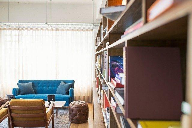 Libreria con comodo angolo di lettura