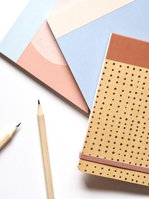 matite e quaderni per scrivere